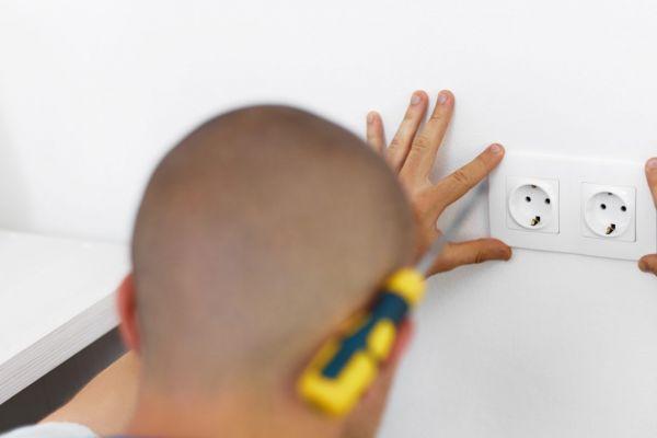 Kontrolujte zásuvky, vypínače a krabice pravidelne