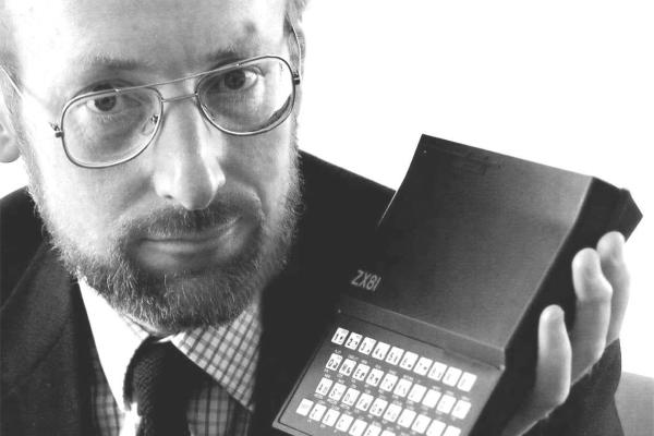 Sir Clive Sinclair tvorca legendárneho počítača Sinclair ZX80 a ZX81 a ZX Spectrum.